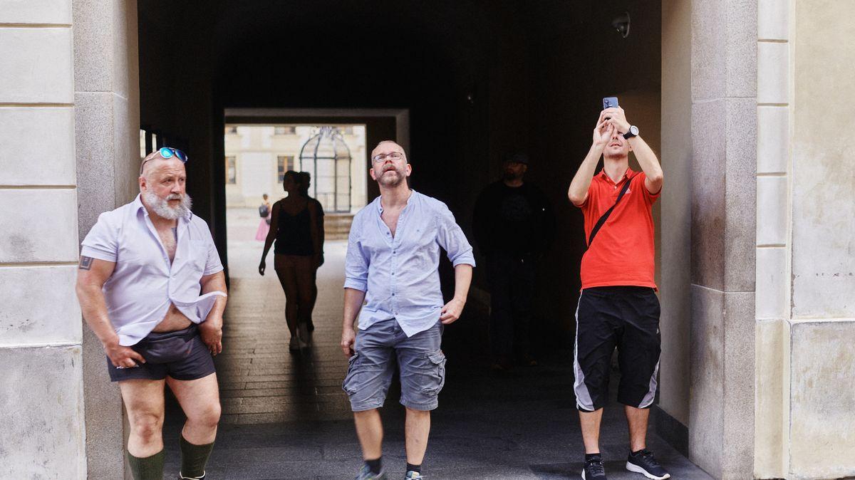 Fotky: Poloprázdná Praha? Turisté se vrací. Kýče též