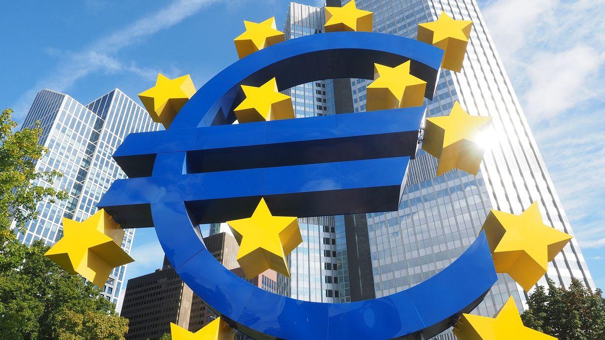 Euro místo koruny? Češi mění názor, příznivců evropské měny přibylo