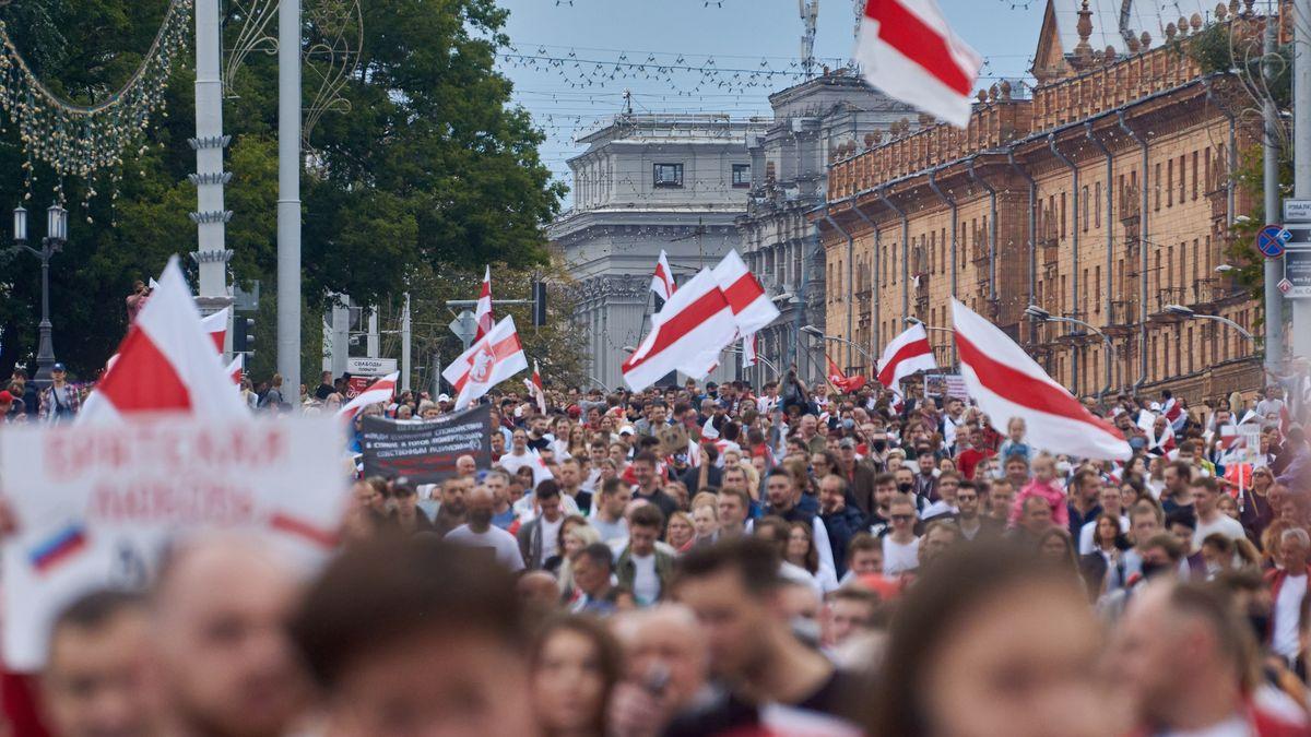 """""""Vystrašili jsme děda."""" Fotogalerie hlavních hesel běloruských protestů"""