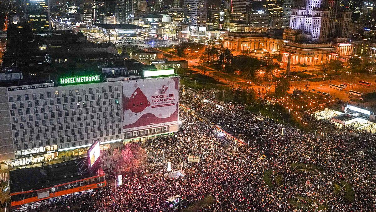 Ve Varšavě se pochodovalo na protest proti zákazu potratů