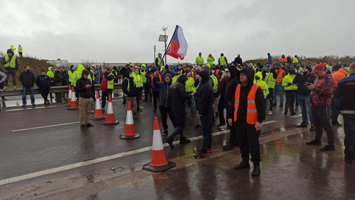Čeští kamioňáci uvěznění vBritánii: Výtěr znosu si musíme dělat sami