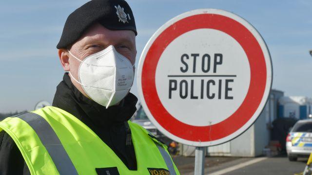 Tisícovky policistů budou od příštího týdne kontrolovat dodržování opatření