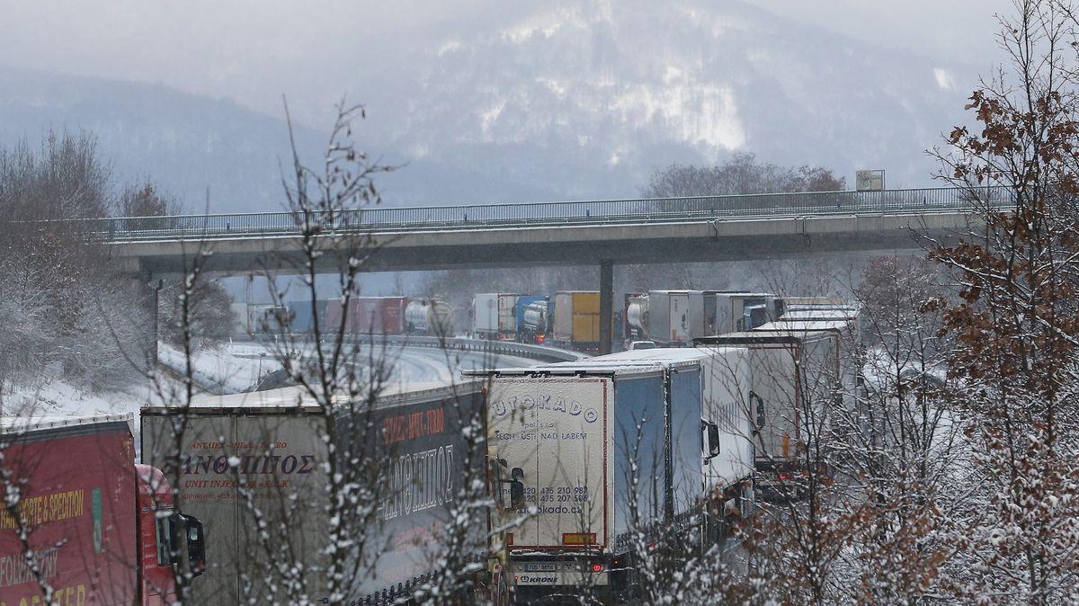 Kalamita na dálnici pokračuje. Zavřené tunely zastavily tah do Německa