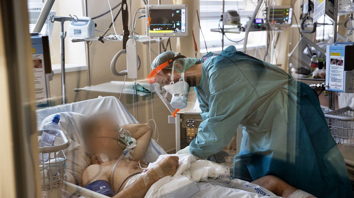 Do hodiny na ventilátoru zemřel. Sestřičky měly slzy vočích, líčí lékař