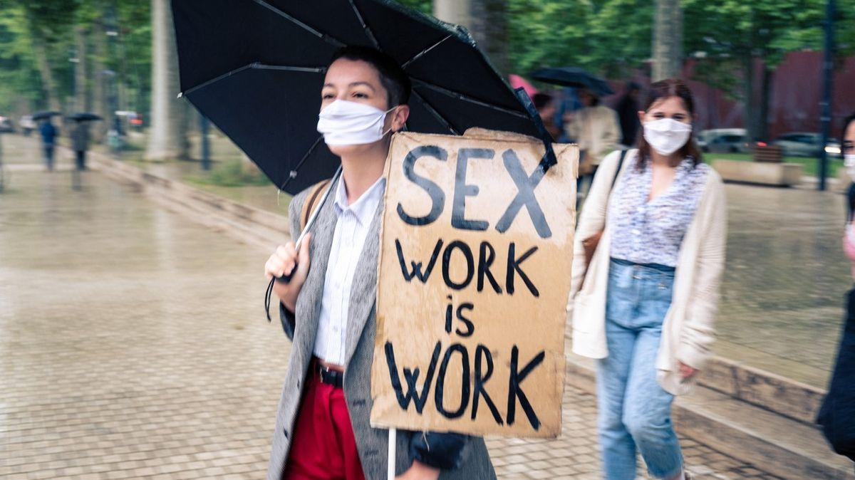 Riskovat zdraví, nebo hladovět. Francouzské prostitutky už berou istravenky