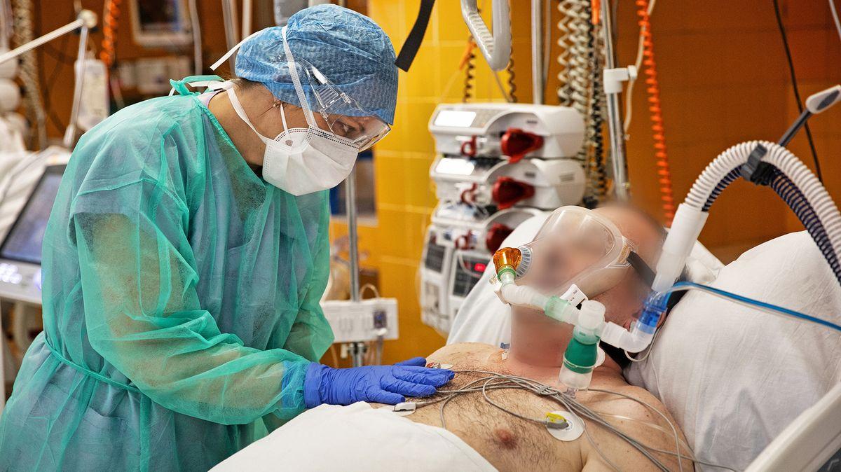 Velké nemocnice spočítaly, že kvůli pacientům scovidem přišly ostamiliony