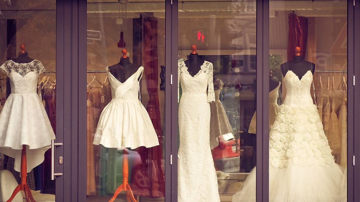 Půjčovny šatů jsou na hranici přežití. Doufají vrozvolnění a konání svateb