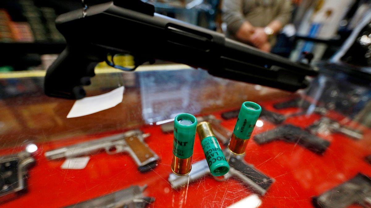 Vlivný podnikatel byl obžalován za střelbu brokovnicí na rodinu sdětmi