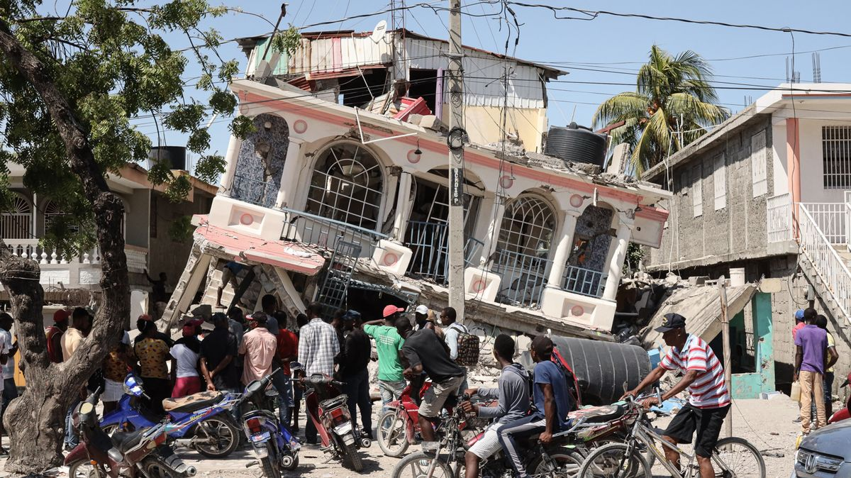 Naděje umírá poslední: Trosky na Haiti stále vydávají přeživší