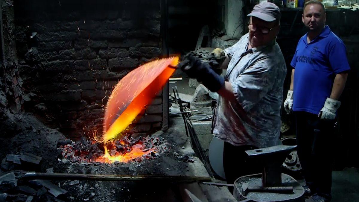 Jen voda a oheň. Takto pracují poslední tradiční kováři vEvropě