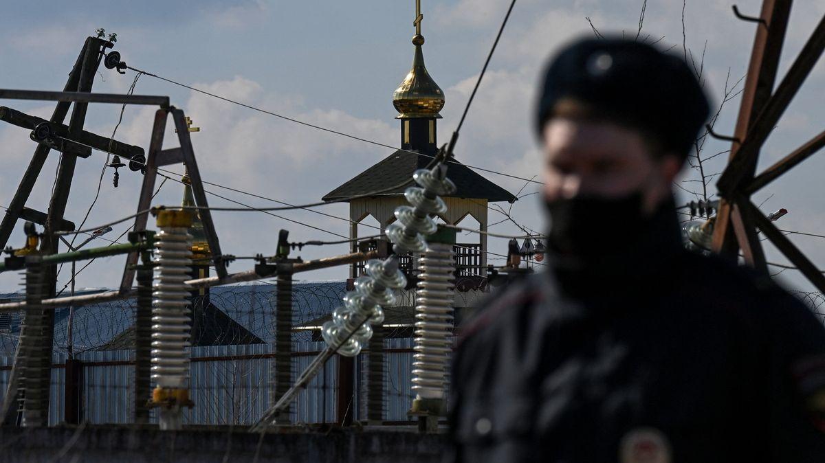 Týrání a znásilnění. Rusko opět čelí skandálu ohledně mučení ve věznicích