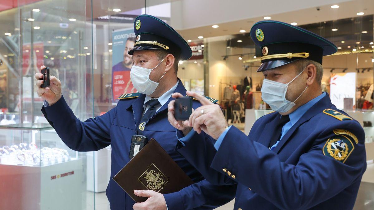Fotky: Kde máte roušku?! Moskva vyslala kontrolory do obchodů ikaváren