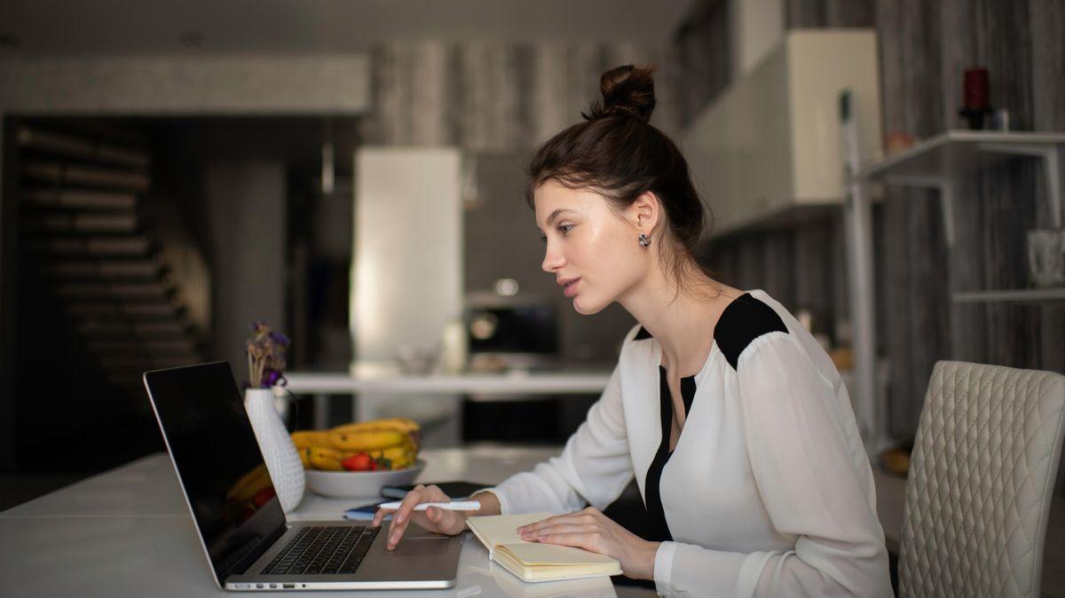 Udělají zaměstnanci doma víc práce? Čekat to je chyba, varuje psycholog