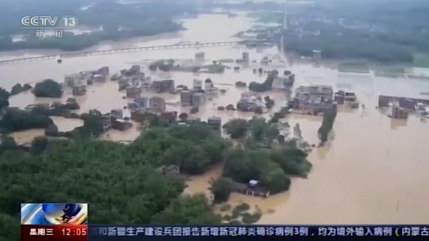 Sesuv půdy poslal dům kzemi. Záplavy připravily ostřechu nad hlavou stovky tisíc Číňanů