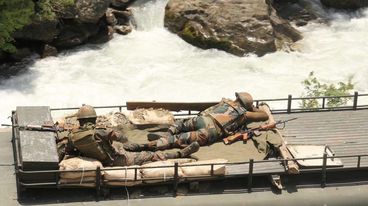 Indičtí a čínští vojáci se pozabíjeli středověkými zbraněmi