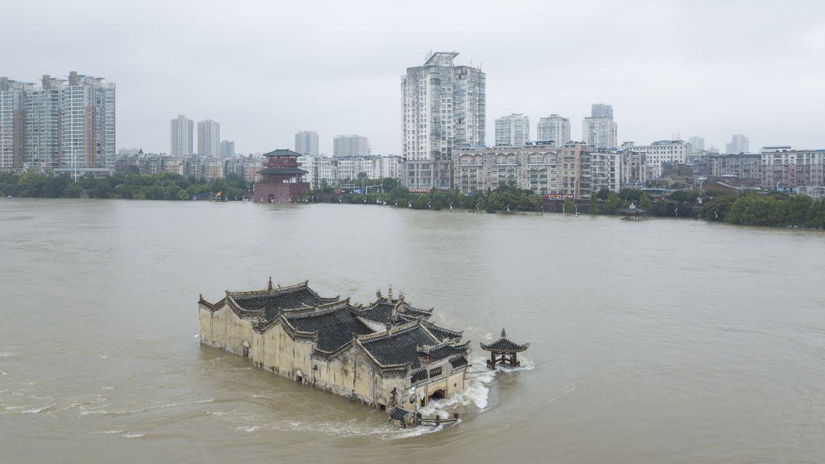 Zatopená města a přeplněné přehrady. Čínu sužují obří povodně