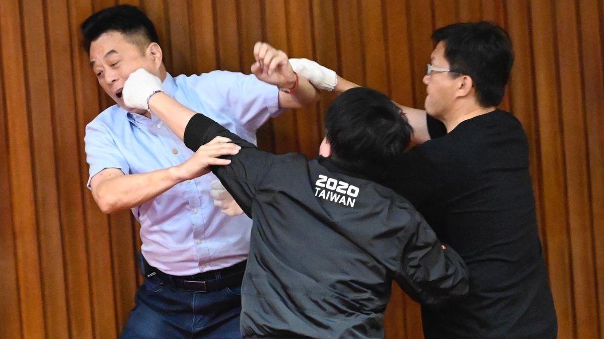 Rvačky coby součást politiky. Uposlanců na Tchaj-wanu jde odenní chleba