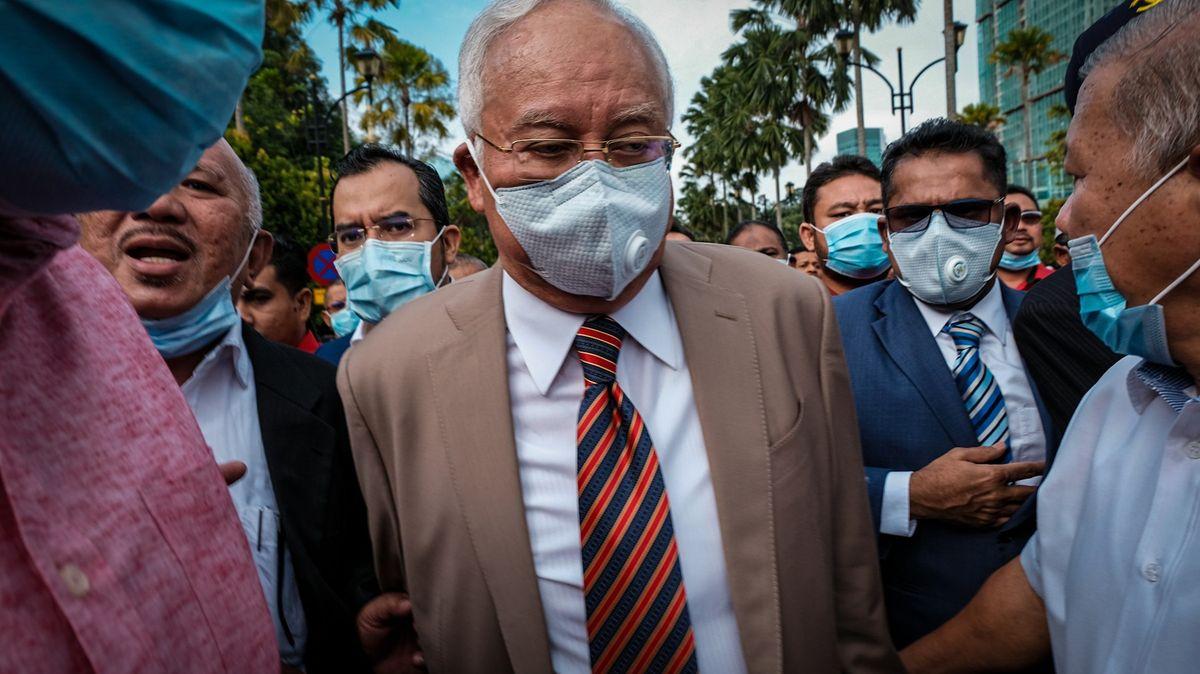 Miliardová pokuta plus vězení. Malajsijský expremiér zná účet za korupci