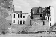 Častým motivem pro něj byly rozpadající se budovy, či naopak lešení podpírající výstavbu.