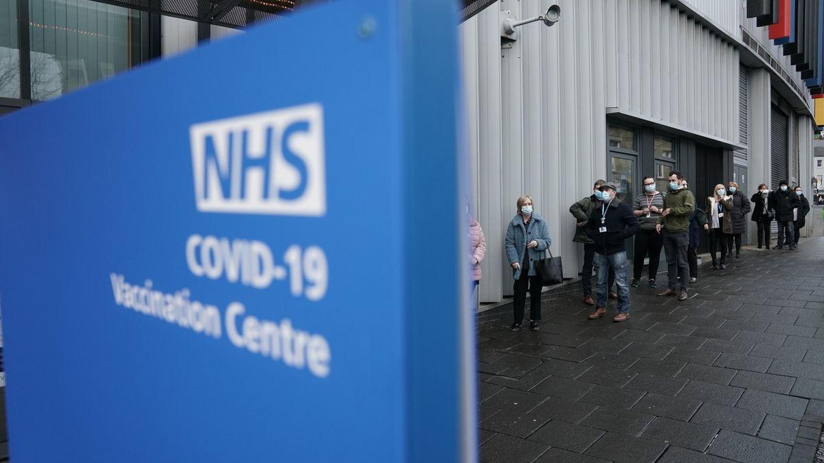 Britové zvyšují tempo očkování, už nyní očkují 200tisíc lidí denně