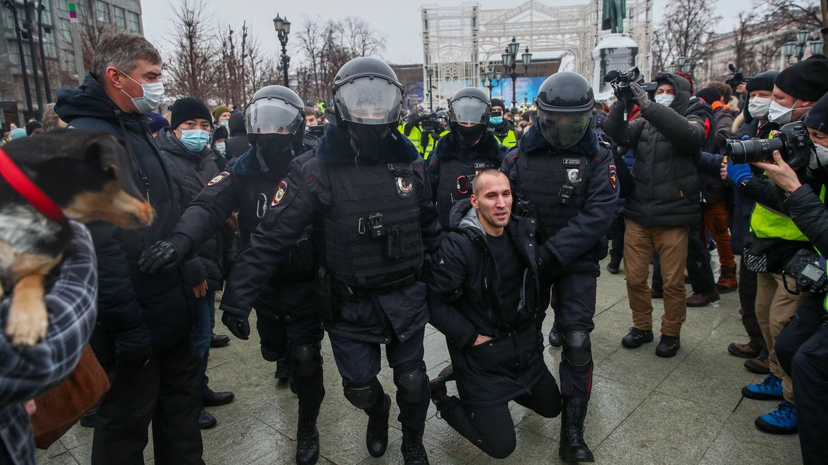Při protestech vRusku zatkli přes tisíc lidí. Je mezi nimi ižena Navalného
