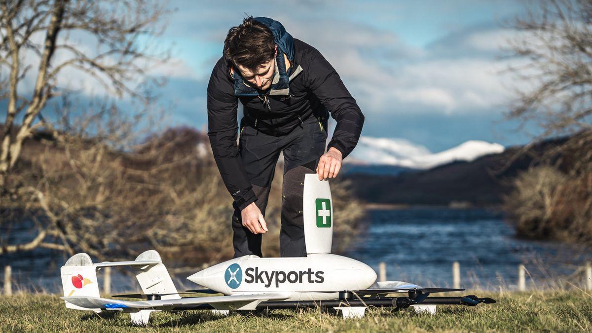 Covid testy ivzorky přepraví dron. Skotští lékaři mají nové pomocníky
