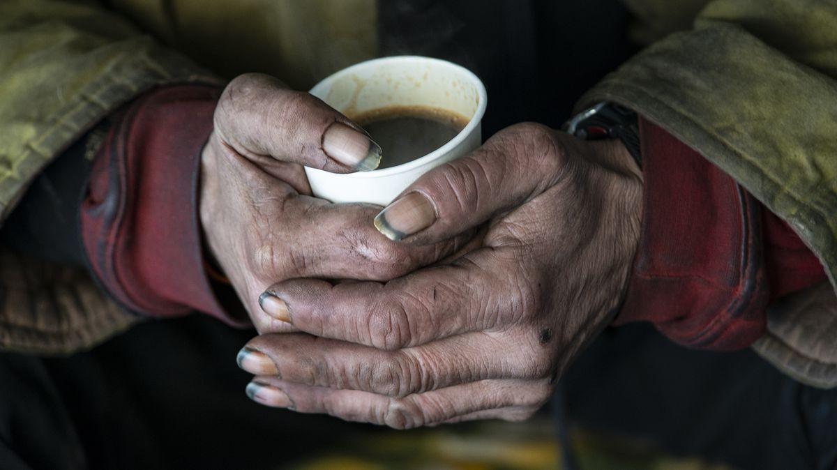Komentář: Volby jsou za rohem, politici vyhlašují válku chudým