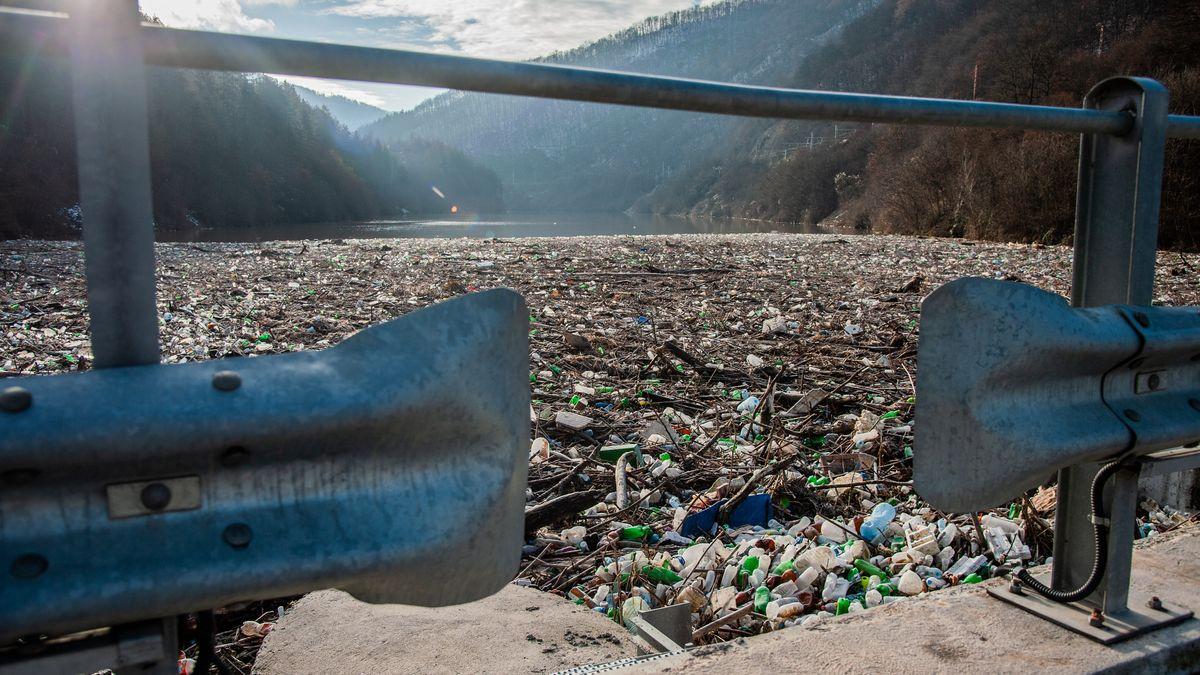 Když se plasty valí proudem. Tak teď vypadají dravé řeky na Balkáně