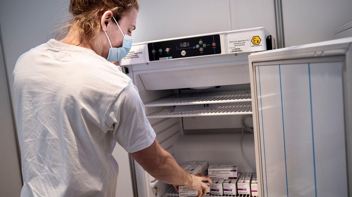 Dánsko pozastavuje očkování AstraZenecou. Do EU ale vstupuje další hráč