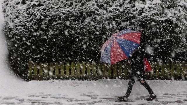 Pondělí přinese silné sněžení ivítr. Pak hrozí náledí, varují meteorologové