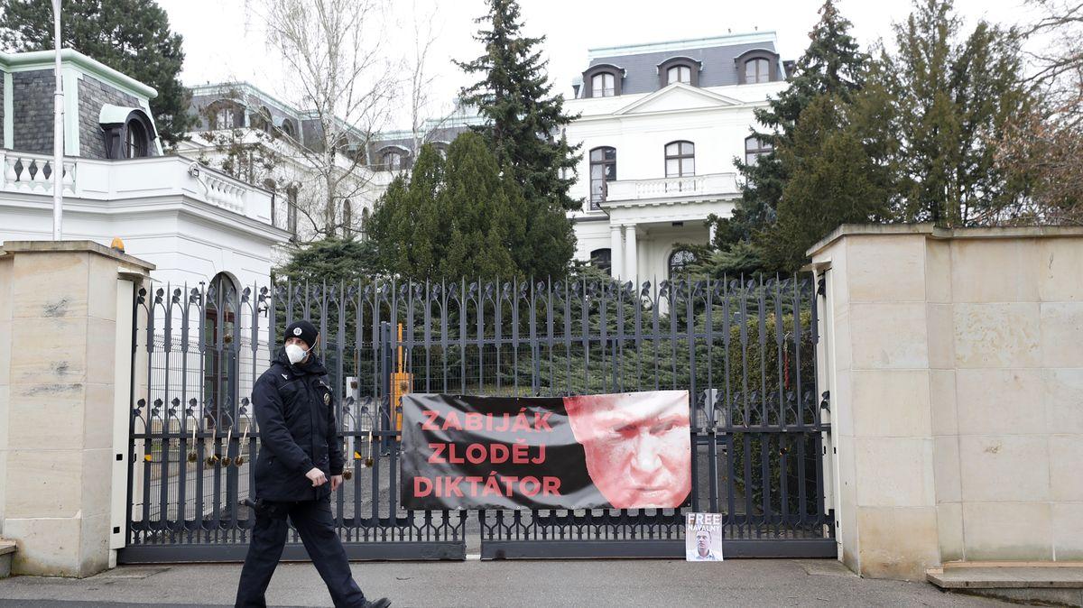 """Česká ambasáda už propustila """"své"""" Rusy. Nyní se čeká na krok Moskvy"""