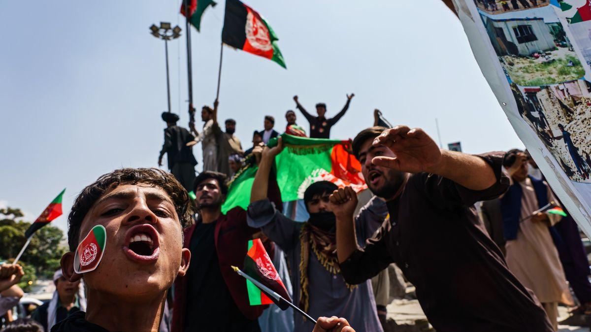 Foto: Chaos, násilí, zbraně a vzpomínky na republiku plní ulice Kábulu