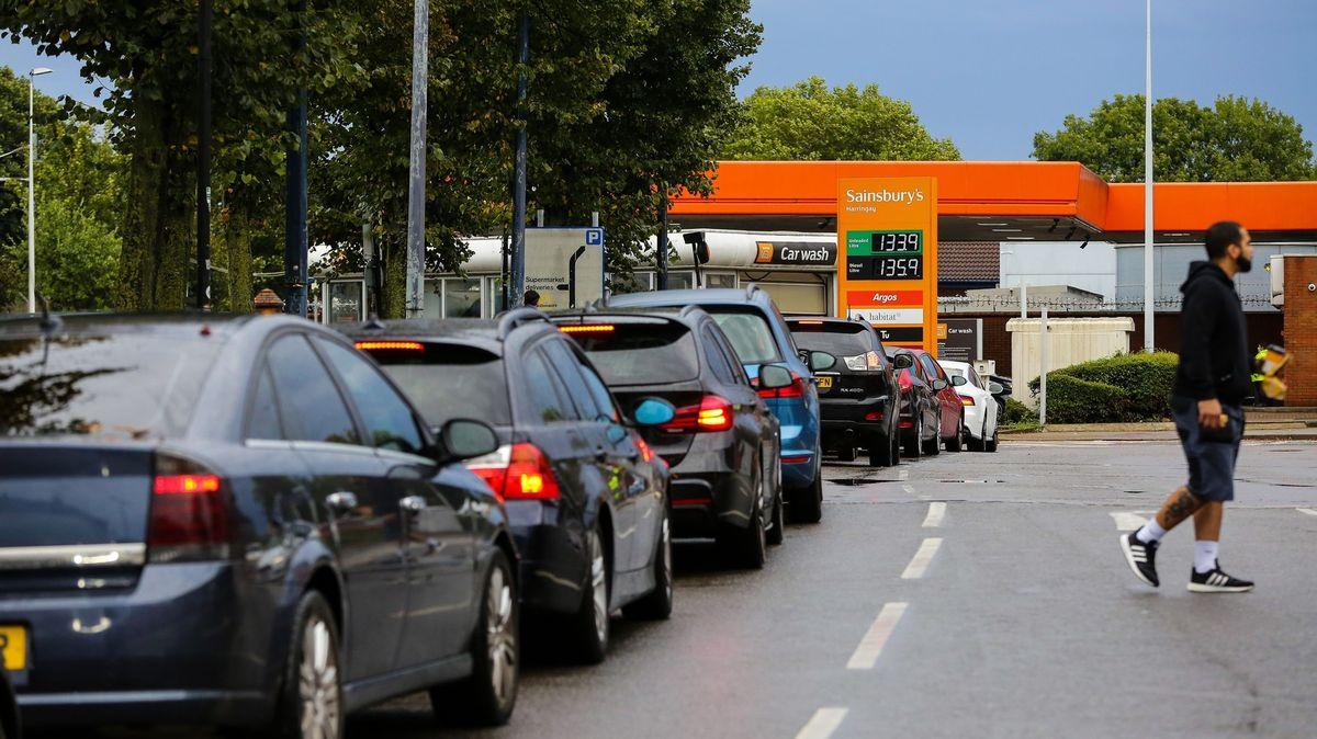 """""""Jako zŠíleného Maxe."""" Vnekonečných frontách na benzin stojí stovky aut"""