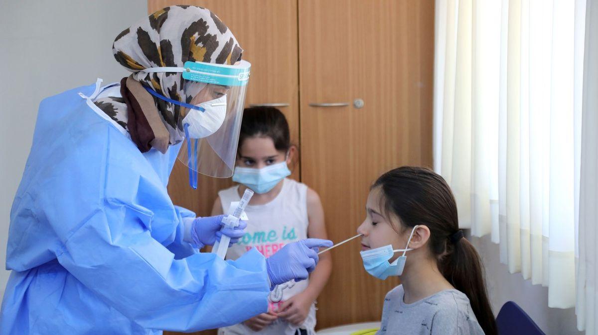 Na Izrael udeřila druhá vlna koronaviru. Nemocní přibývají po tisících