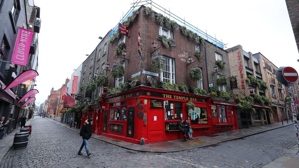Tady koronavirus nechceme. Irské hotely a restaurace odmítají Američany