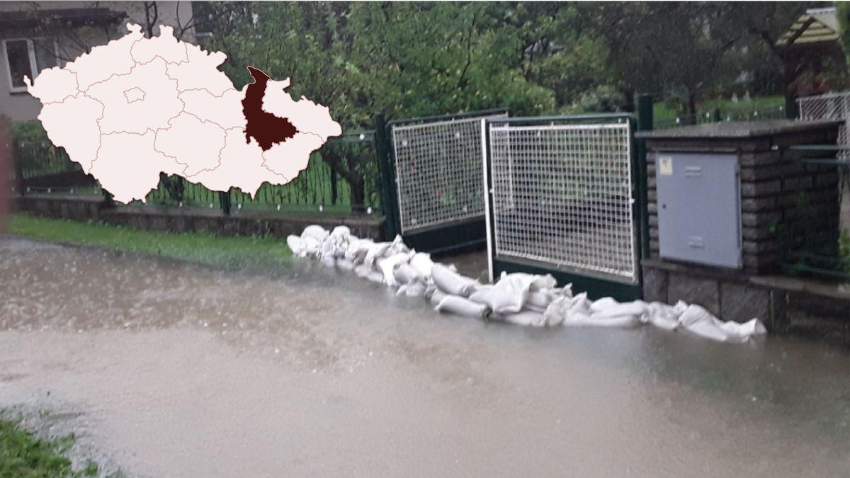 Hasiči stavěli hráze a hradby zpytlů. Kvůli vydatnému dešti stoupaly hladiny řek