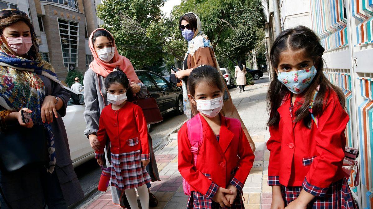 Íránské úřady čelí hněvu. Vyretušovaly dívky zučebnice matematiky