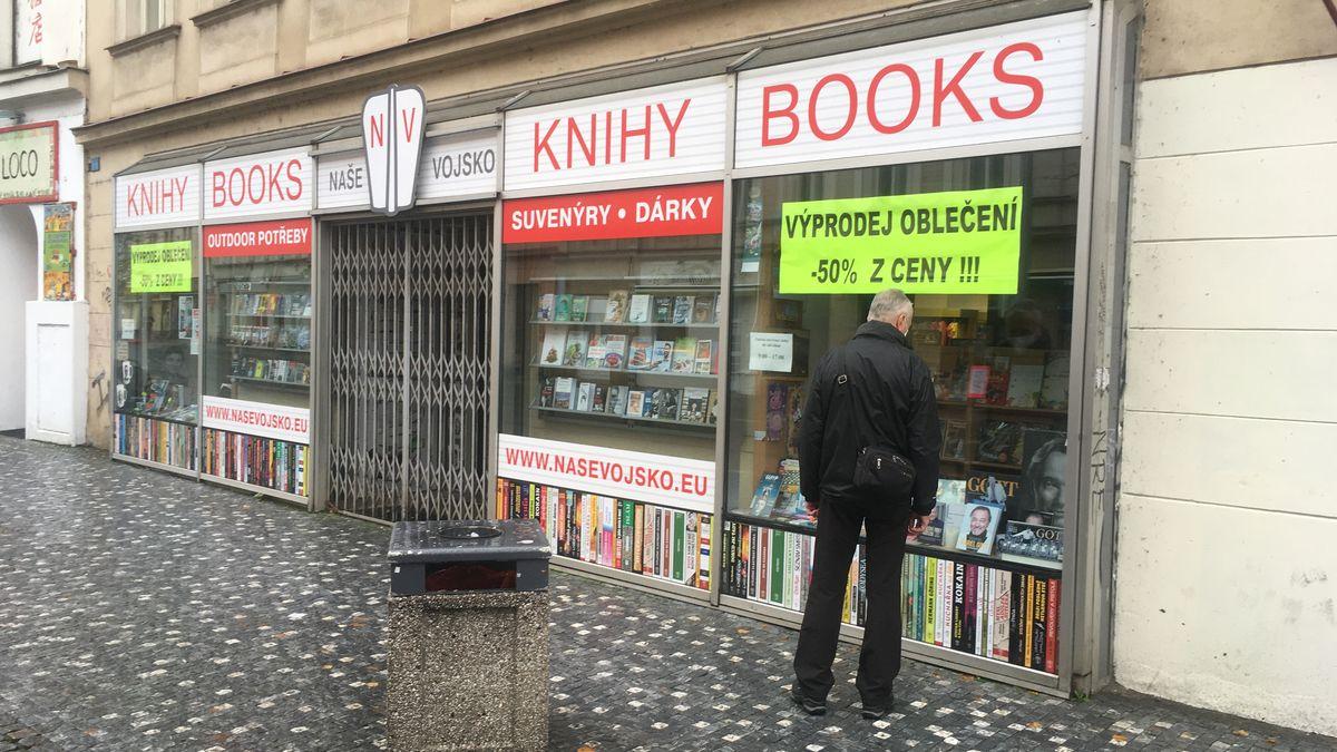 Prodávali Hitlera, Praha je vyhodila znájmu. Vobchodu přesto zůstávají