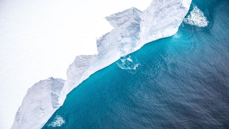 Unikátní snímky: Největší ledovec světa se dostal blízko pevnině, může se zaseknout