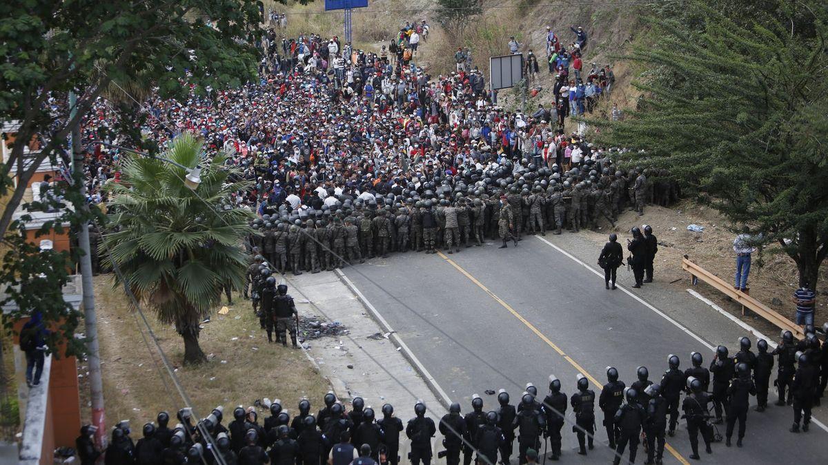 Karavanu migrantů mířících do USA tvrdě zastavili vGuatemale