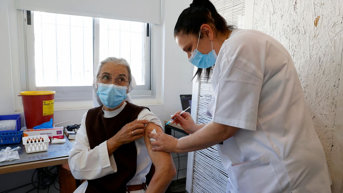 """Nejen očkování. Izraelský """"zázračný lék"""" je další nadějí pro boj spandemií"""