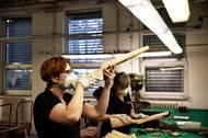 Průběžná kontrola kvality pažeb dlouhých zbraní před povrchovou úpravou.