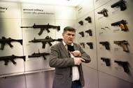 """Po České zbrojovce Uherský Brod nás provedl Radek Hauerland. Mluvčí společnosti pracuje ve firmě od roku 1993. """"Zbraně jsou malé technologické zázraky a já jsem hrdý, že dělám ve firmě, která patří k nejlepším na světě,"""" říká."""