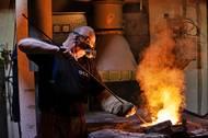 Ve slévárně se nacházejí čtyři elektrické pece. Slévač sbírá strusku těsně před tím, než roztavený kov dosáhne ideální teploty k odlévání.