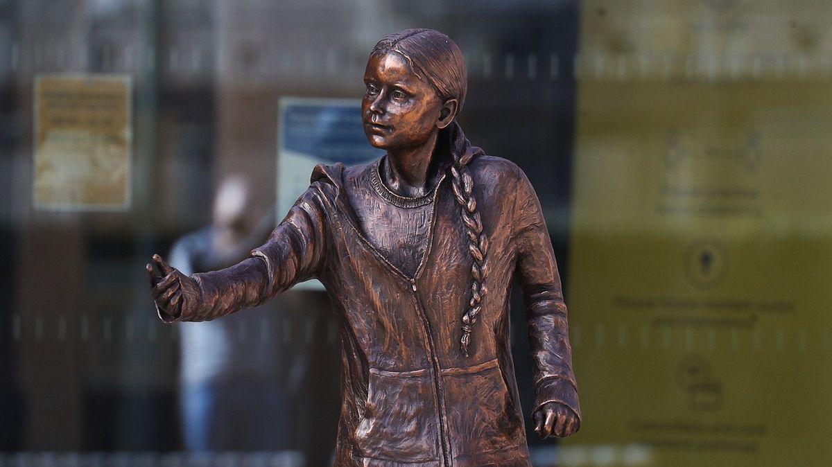 Význačná univerzita odhalila sochu Grety. Studenti ji zkritizovali