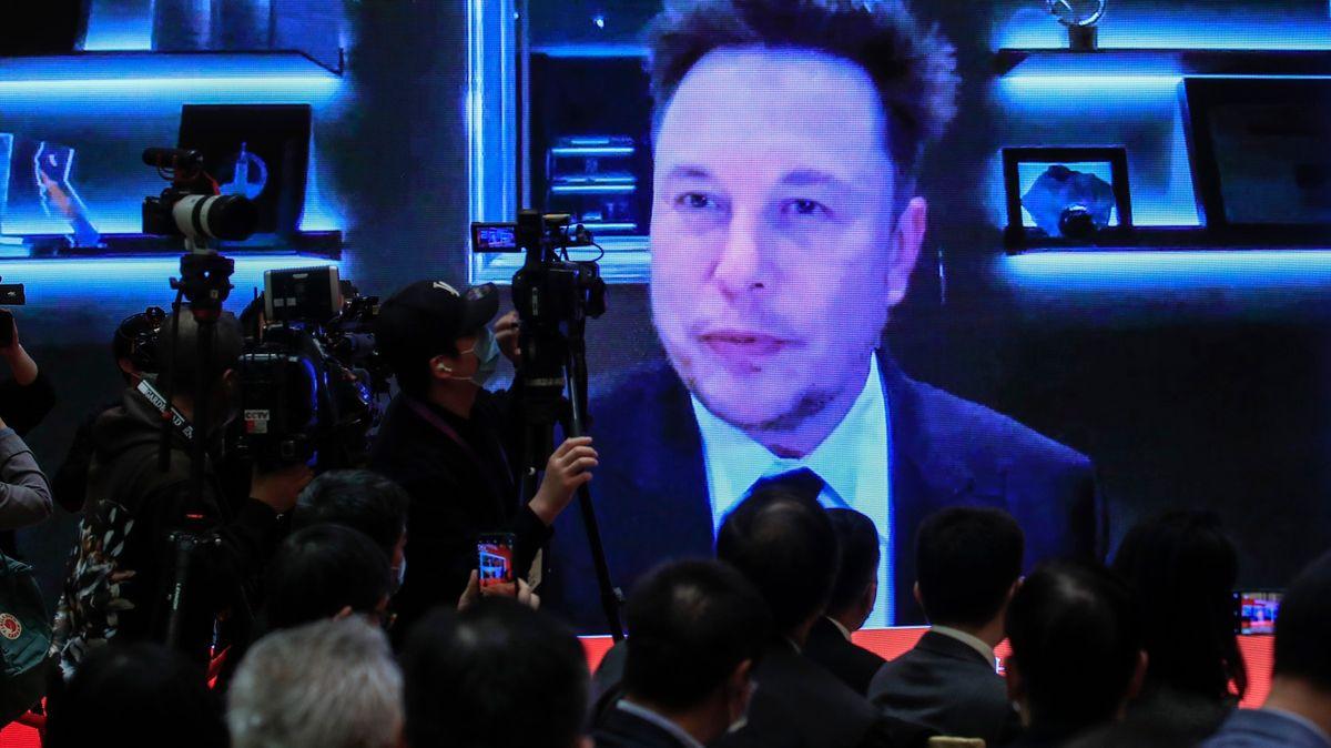 Vozy Tesla nikoho nesledují, brání se Musk po zákazu vČíně