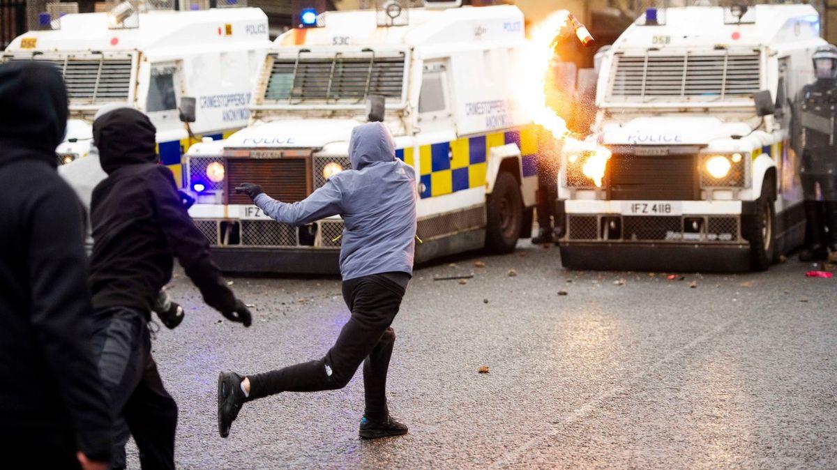Vodní děla, Molotovovy koktejly. Zčásti Belfastu se opět stalo bojiště