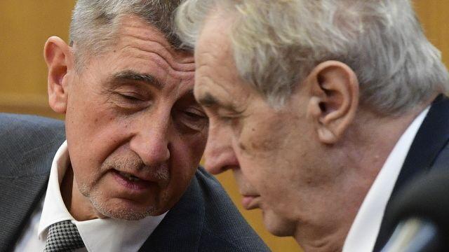 Glosa: Prezident vlastizrádce a pochybný premiér, přesto nás spojenci podporují