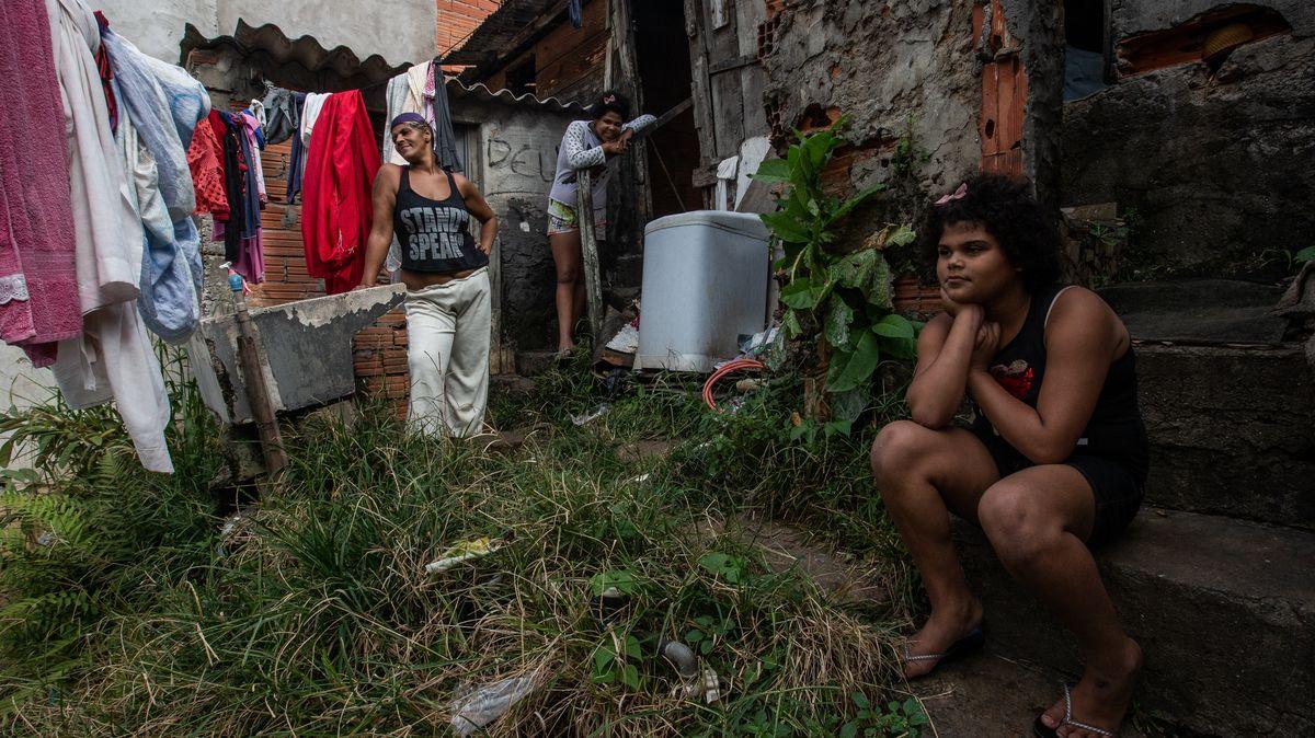 Drsné snímky zmísta, kde sílící covid naráží na nepředstavitelnou chudobu
