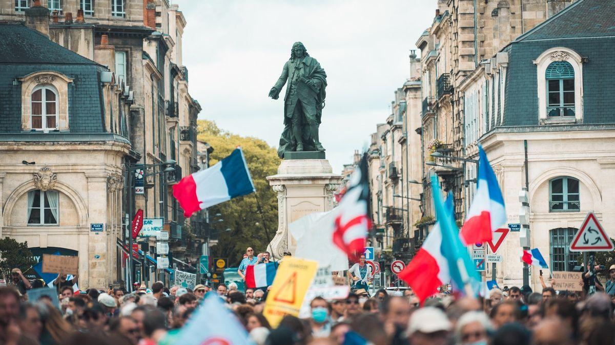 Statisíce lidí ve Francii vyšly do ulic. Vadí jim nejen zdravotní pasy